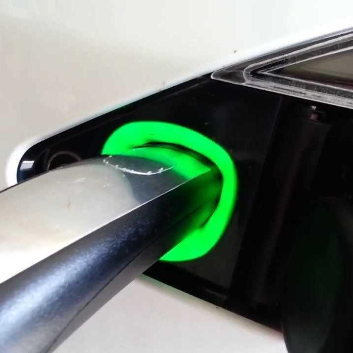 Koeriersdienst elektrische koeriers tesla laden groen green