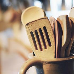 Plastic verminderen in de keuken met houten keukengerei