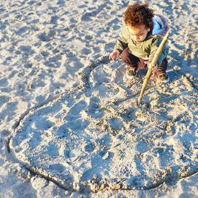 Kinderen van natuur leren houden door buitenspelen